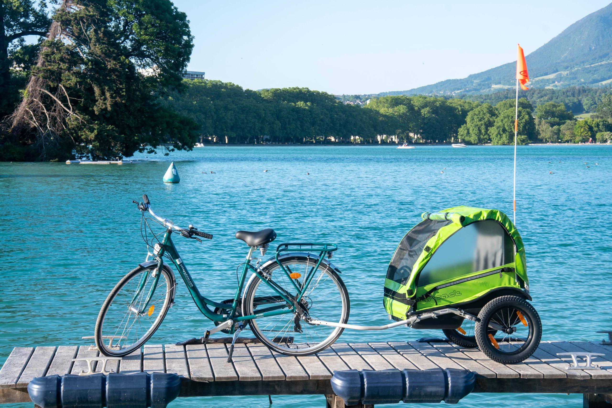 Un vélo avec une remorque pour enfant Yakapedaler